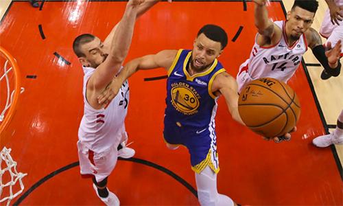 Warriors (áo xanh)giành chiến thắng tại game 2 serie chung kết NBA 2019 dù không có ai cao hơn 2m06 trong đội hình xuất phát. Ảnh: AP.