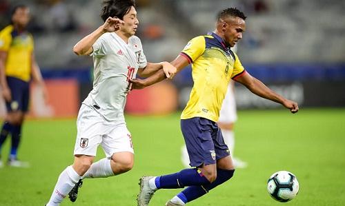Nhật Bản và Ecuador dắt tay nhau rời cuộc chơi sau trận hòa 1-1. Ảnh: AFP.
