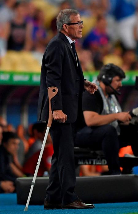 HLV Uruguay bỏ nạng để chạy mừng bàn thắng - ảnh 2