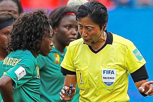 Nữ trọng tài Tần Lượng (phải) nhắc nhở cầu thủ nữ Cameroon. Ảnh: Reuters.