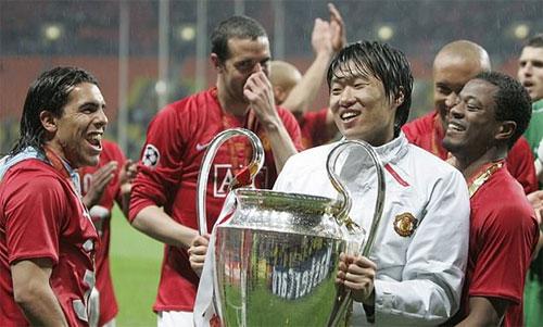 Ji-Sung chia vui với đồng đội sau trận chung kết năm xưa. Ảnh: Reuters