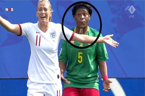 Hành động nhổ nước bọt của nữ tuyển thủ Cameroon.