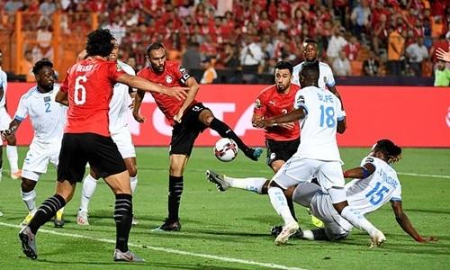 Tình huống lộn xộn dẫn đến bàn mở tỷ số của El Mohamady (giữa). Ảnh: AFP.