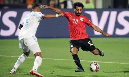 Salah (phải) ghi bàn ấn định chiến thắng 2-0 cho Ai Cập. Ảnh: AFP.