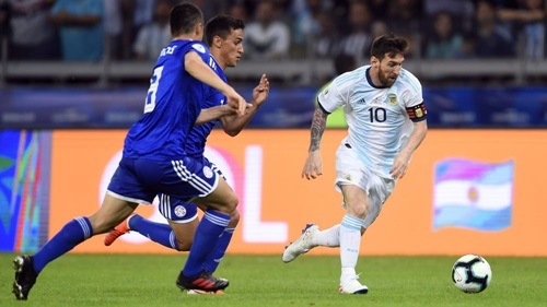 Paraguay (áo xanh) suýt đánh bại Argentina ở vòng bảng. Ảnh: Reuters.