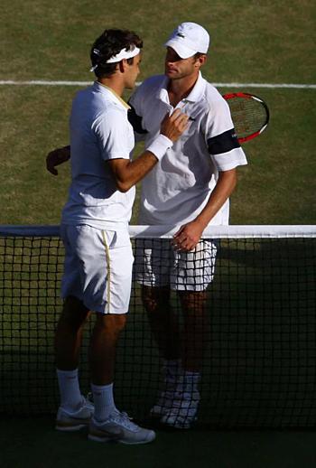 Federer (trái) chia sẻ với Roddick sau trận chung kết năm 2009.