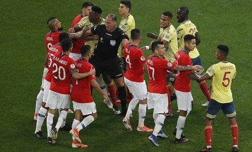 Trọng tài hai lần từ chối bàn thắng của Chile sau khi được trợ giúp bởi VAR. Ảnh: AP.