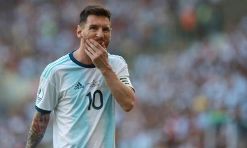 Messi nhăn nhó khi phải thi đấu dưới mặt sân kém chất lượng. Ảnh: AFP.