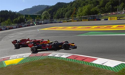 Verstappen trong khoảnh khắc quyết định, vượt qua Leclerc để chiếm ngôi nhất ở các vòng cuối. Ảnh: F1.