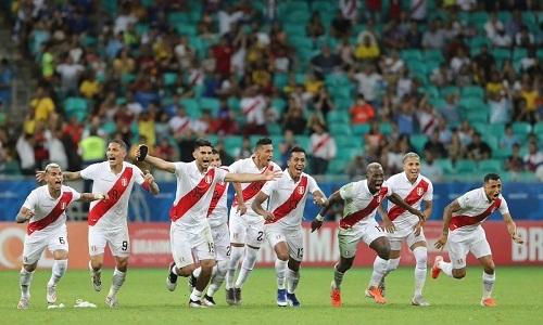 Niềm vui của cầu thủ Peru sau khi chiến thắng ở loạt luân lưu. Ảnh: AFP.