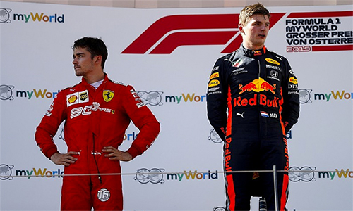 Leclerc không giấu ngậm ngùi và tiếc nuối khi bước lên podium ở vị trí thứ nhì, sau Verstappen.