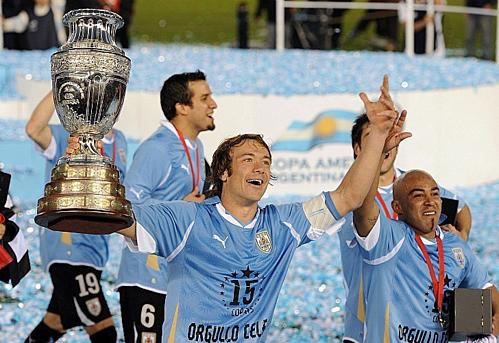 Lugano với chức vô địch Copa America 2011. Ảnh:AFP.