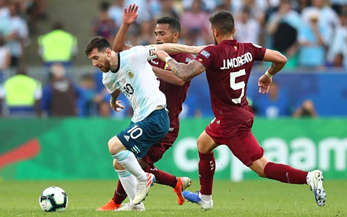 Messi đi bóng trước cầu thủ Venezuela. Ảnh:AFP.