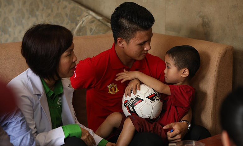 Quang Hải thăm trẻ suy dinh dưỡng ở Phú Thọ