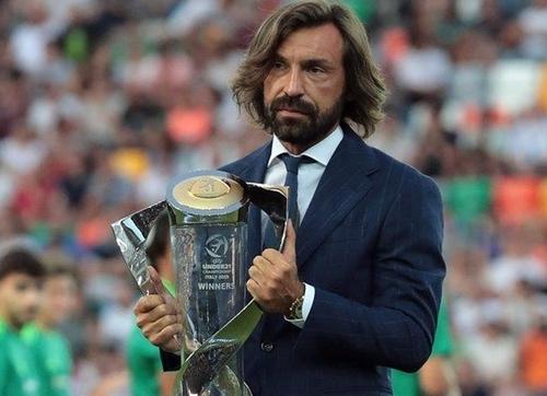 Andrea Pirlo, người giành cú đúp giải thưởng cá nhân là Cầu thủ hay nhất và Vua phá lưới giải U21 châu Âu 2000 mang cup vô địch tới sân.