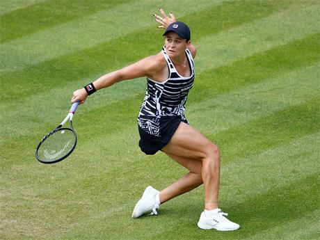 Giao bóng và cắt bóng tốt là lợi thế cho Barty trên mặt sân cỏ - nơi bóng đi nhanh và nảy thấp. Ảnh: Tennis Australia.