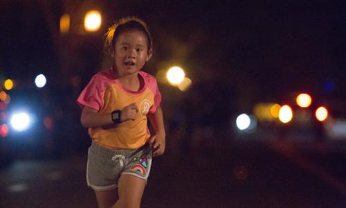 Những chân chạy nhí cũng xuất hiện ở Ultra Night Marathon với mong muốn qua những bước chạy của mình, giúp các bạn trẻ đồng lứa có hoàn cảnh khó khăn hơn. Ảnh: RFF.