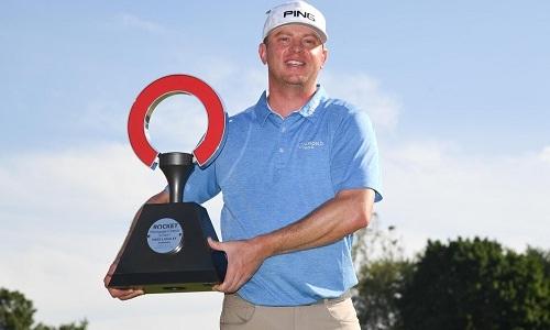 Lashley và Cup vô địchMortgage Classic. Ảnh: PGA.