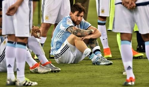 Messi ngồi một góc sau khi thua Chile ở chung kết Copa America.