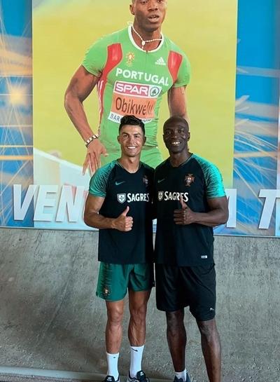 Ronaldo (trái) chụp ảnh chung với Obikwelu.