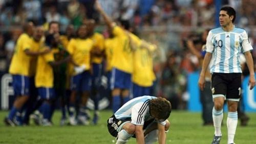 Messi gục xuống sân, bên cạnh đàn anh Riquelme, sau trận thua Brazil năm 2007.