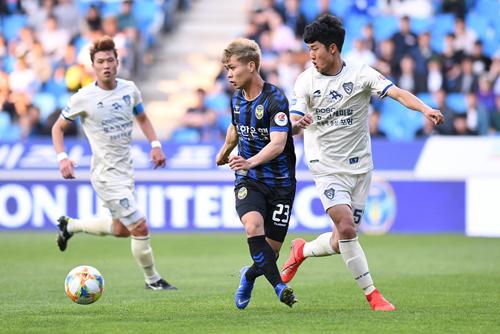 Công Phượng là cầu thủ Việt Nam chơi bóng ở nước ngoài nhiều nhất, từng đá ở Nhật Bản, Hàn Quốc và sắp tới là Bỉ.