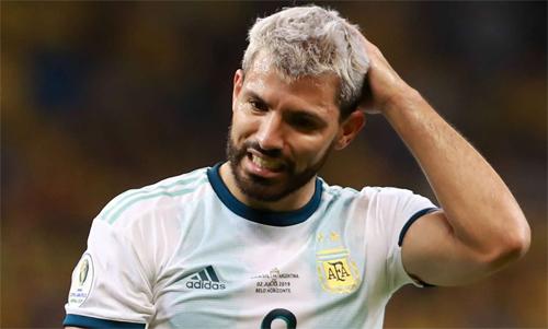 Aguero tiếc vì Argentina để thua sau những quyết định khó hiểu của trọng tài. Ảnh: Reuters
