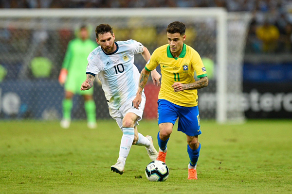 Coutinho đi bóng trước Messi. Ảnh:AFP.