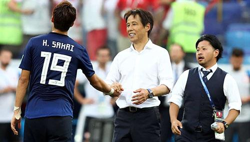 Nishino (phải) chúc mừng học trò sau khi vào vòng 1/8 World Cup 2018. Ảnh: Reuters.