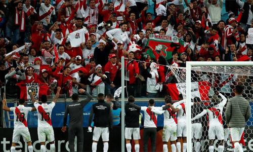 Các cầu thủ Peru chia vui cùng người hâm mộ sau chiến tích đầy bất ngờ. Ảnh: AS.