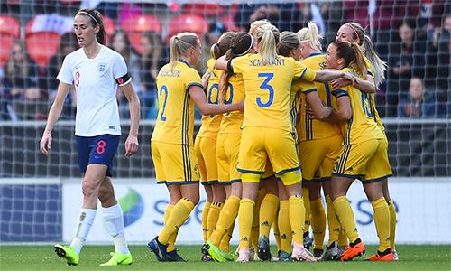 Cú sốc thua Mỹ ở bán kết khiến các cô gái Anh bị ảnh hưởng về tâm lý, và thua tiếp Thuỵ Điển.
