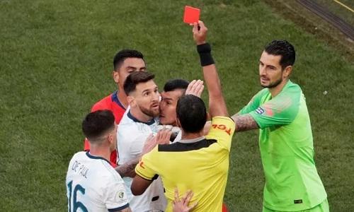 Messi và Medel cùng nhận thẻ đỏ vào cuối hiệp một. Ảnh: Reuters.