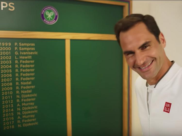 Ferderer bên bức tường vinh danh các nhà vô địch Wimbledon.