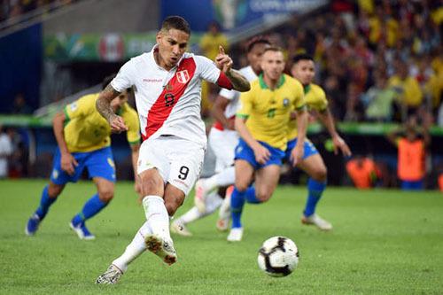 Guerrero san bằng tỷ số 1-1 trên chấm phạt đền. Ảnh: AFP.
