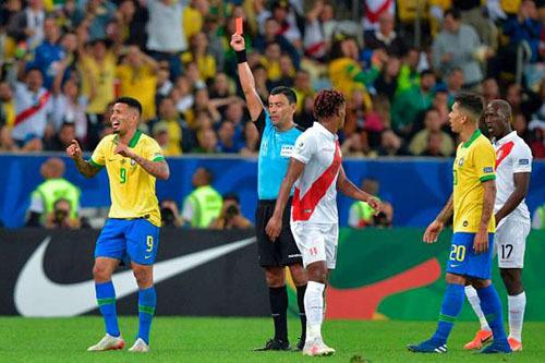 Jesus (số 9) nhận thẻ đỏ. Anh tức tối rời sân và khóc trong đường hầm sau đó. Ảnh: AFP.
