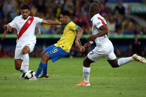 Jesus (áo vàng) tái lập lợi dẫn cho Brazil ở phút bù giờ cuối cùng hiệp một. Ảnh: AFP.