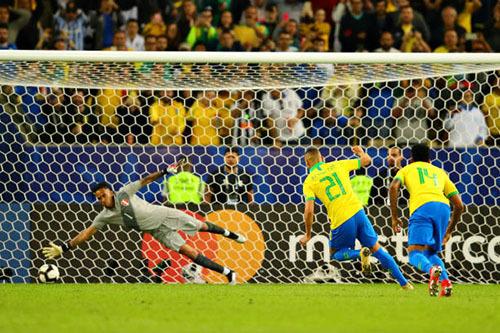 Quả phạt đền quyết định của Richarlison mang về chiến thắng cho Brazil. Ảnh: AFP.