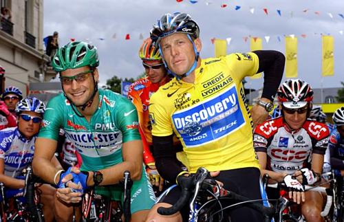Armstrong mặc áo vàng ở Tour de France 2005. Ảnh:AFP.