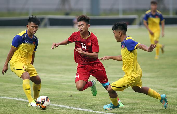 HLV Park Hang-seo ngồi khán đài chỉ đạo U23 Việt Nam thi đấu