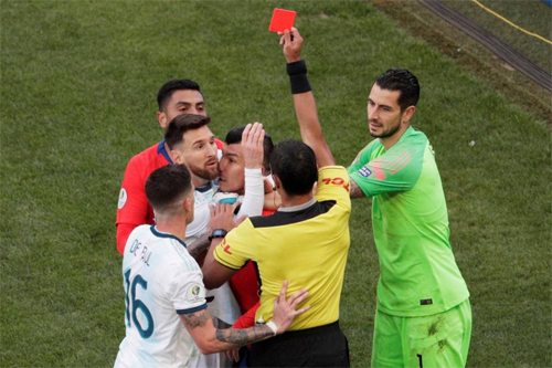 Messi và Medel nhận thẻ đỏ trực tiếp sau pha xô đẩy không quá căng thẳng trong trận tranh giải ba.