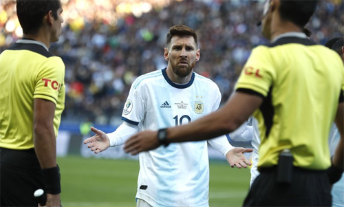 Messi cáo buộc trọng tài cố tình gieo thất bại cho Argentina bằng việc từ chối dùng VAR. Ảnh: Reuters