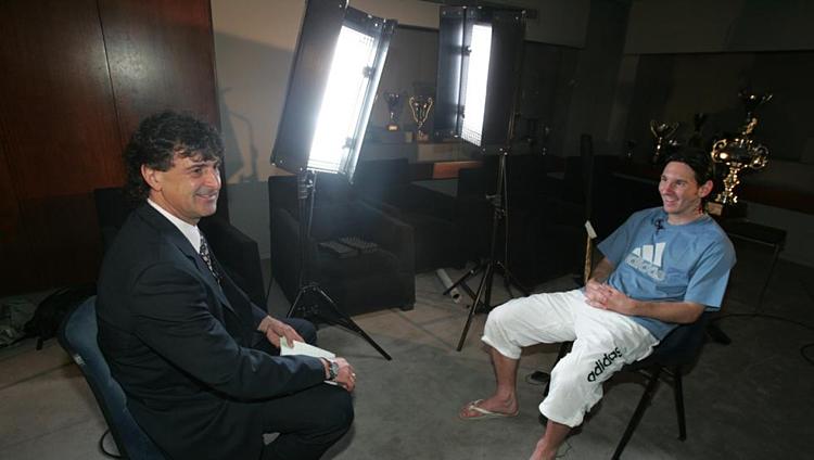 Kempes (trái) trong một cuộc trò chuyện với Messi trước đây.