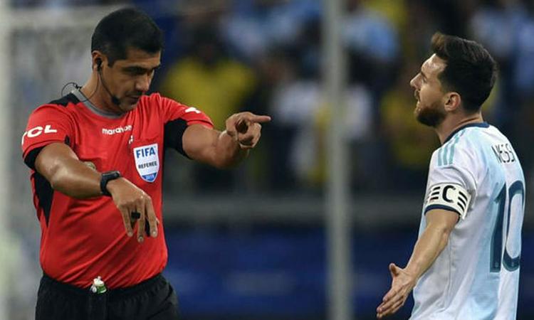 Messi phàn nàn về những quyết định của ông Zambrano trong trận bán kết với Brazil. Ảnh: Ole.