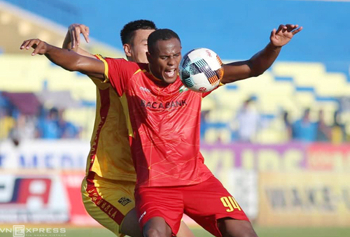 Tân binh Vinicius của SLNA gây thất vọng trong trận derby Bắc Trung Bộ. Ảnh: Xuân Thuỷ