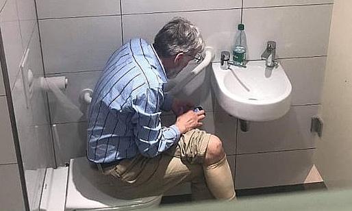 Rausis bị phát hiện sử dụng điện thoại thông minh trong nhà vệ sinh, khi đang thi đấu. Ảnh: Sportsmail.