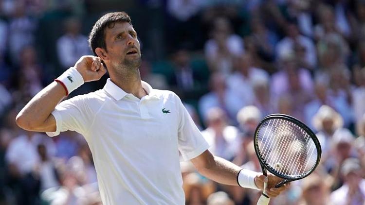 Djokovic ra dấu hiệu như muốn nghe tiếng cổ vũ của khán giả sau khi anh ghi điểm.
