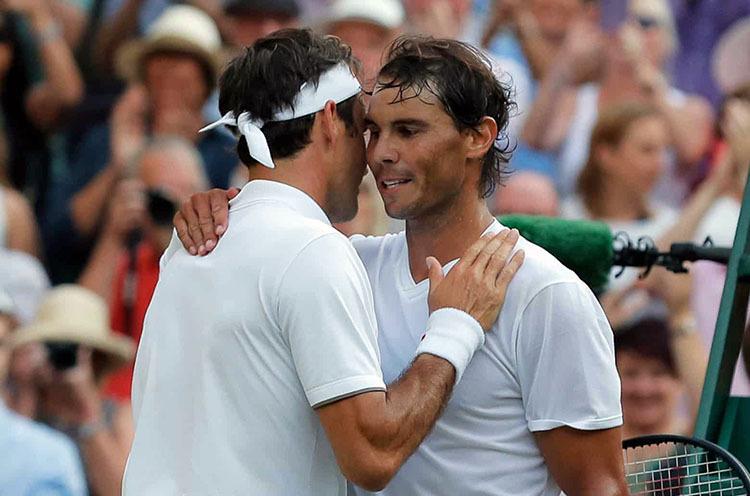Federer (trái) ôm vai Nadal sau trận đấu. Ảnh: PA.