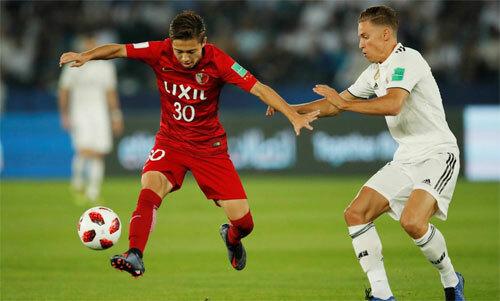 Abe (áo đỏ) là một cầu thủ đầy tiềm năng của bóng đá Nhật Bản. Ảnh: Reuters