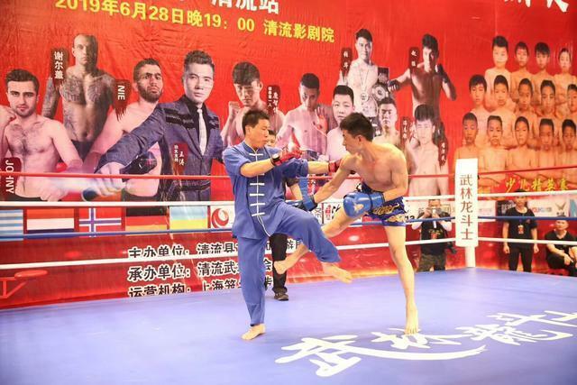 Hoắc Yên Sơn (trái) trong trận đấu với Tề Vệ Hoa hôm 28/6.