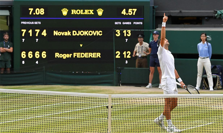 Djokovic lạnh lùng mừng chiến thắng tại Wimbledon 2019. Ảnh: Reuters.